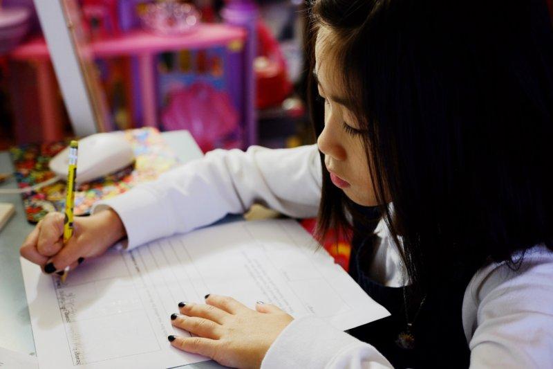 小学生の勉強を親が見るのは良い結果が生まれることも?